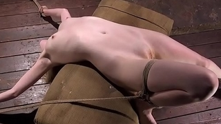 Submissive babe orgasms during thraldom