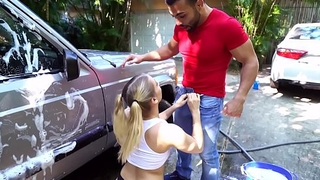 Teen bimbo thanks the car circus by fixing up his dick